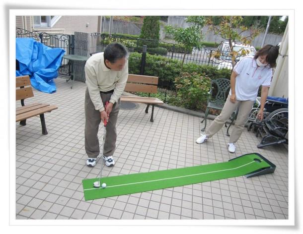 中庭にてパターゴルフ