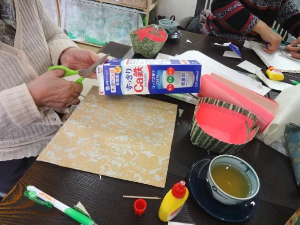 折り紙講座 ~牛乳パックで入れ物を作ろう~