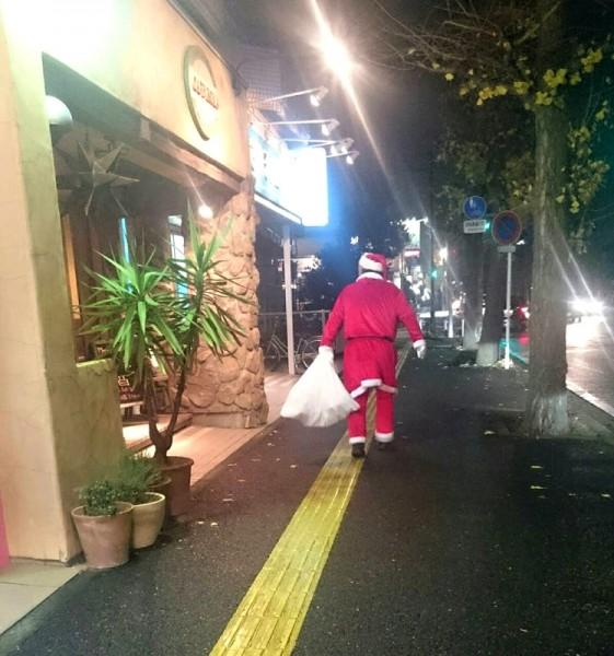 サンタクロースが現れ