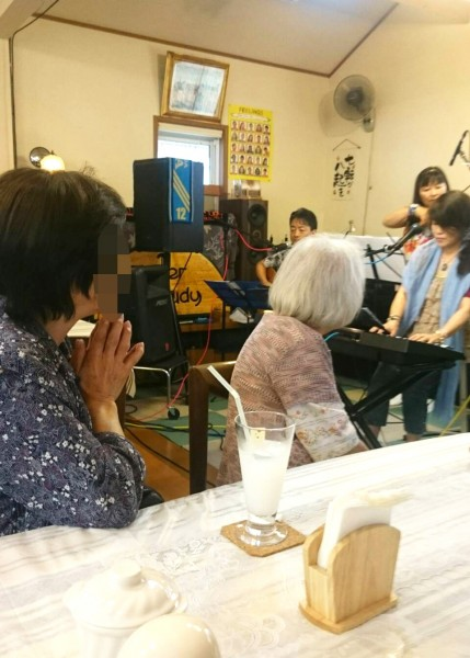 上小山田、花水木の岡のキッチンスタディに、メイミWithディアーズのライブ